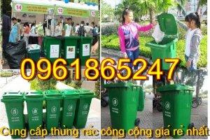 thùng rác đặt nơi công cộng.